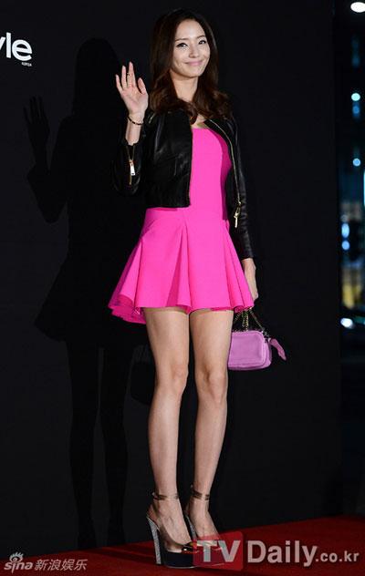"""""""Run rẩy"""" ngắm chân đẹp của mỹ nữ Hoa - Hàn - 14"""