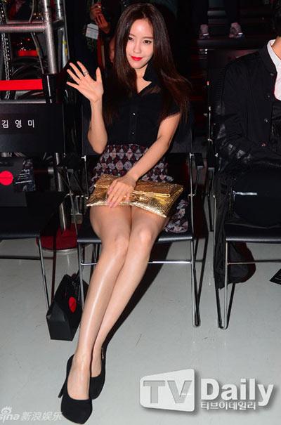 """""""Run rẩy"""" ngắm chân đẹp của mỹ nữ Hoa - Hàn - 15"""