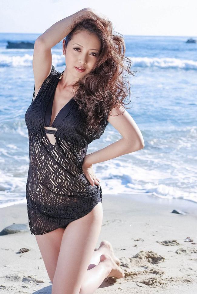 Sau thời gian nghỉ ngơi sinh con thứ 2, Jennifer Phạm quay trở lại showbiz Việt bằng bộ ảnh bikini cực kỳ nóng bỏng