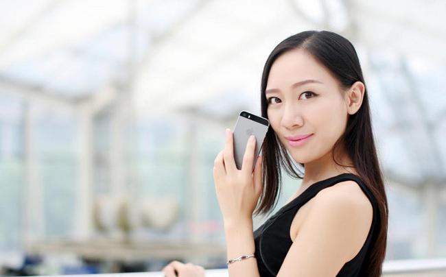 """Người đẹp gợi cảm bên smartphone  Thiếu nữ diện váy xuyên thấu bên smartphone  Mẫu Tây nhí nhảnh  """" tự sướng """"  bên smartphone  Những smartphone điệu đà cho phái đẹp ngày 8/3  Chân dài xứ Hàn đọ dáng sexy bên đồ công nghệ"""