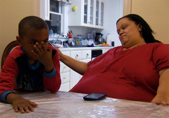Dù rất nặng nề nhưng bà mẹ này vẫn cố gắng chơi cùng cậu con trai của mình