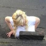 """Tin tức trong ngày - Anh: Nữ sinh kẹt trong ống cống vì ngực """"khủng"""""""