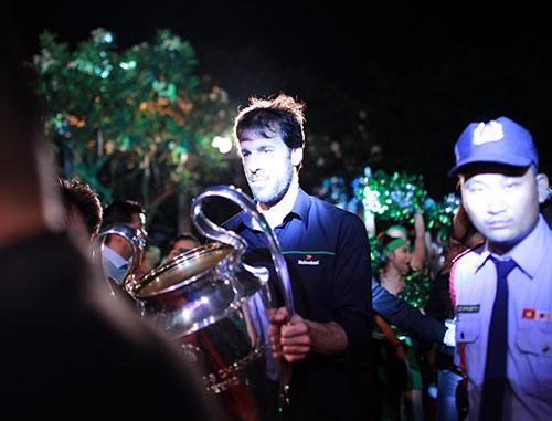 """Van Nistelrooy bị Hoàng Thùy Linh """"hút hồn"""" - 3"""
