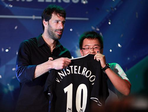 """Van Nistelrooy bị Hoàng Thùy Linh """"hút hồn"""" - 6"""