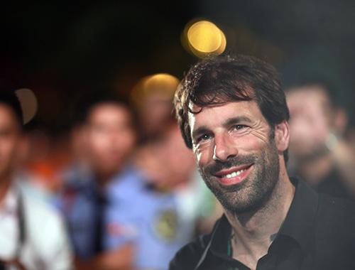 """Van Nistelrooy bị Hoàng Thùy Linh """"hút hồn"""" - 8"""