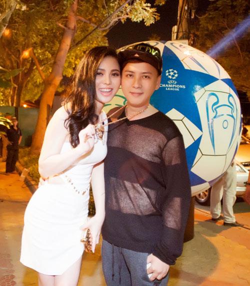 Chân dài Việt vào vai nữ cổ động viên gợi cảm - 10
