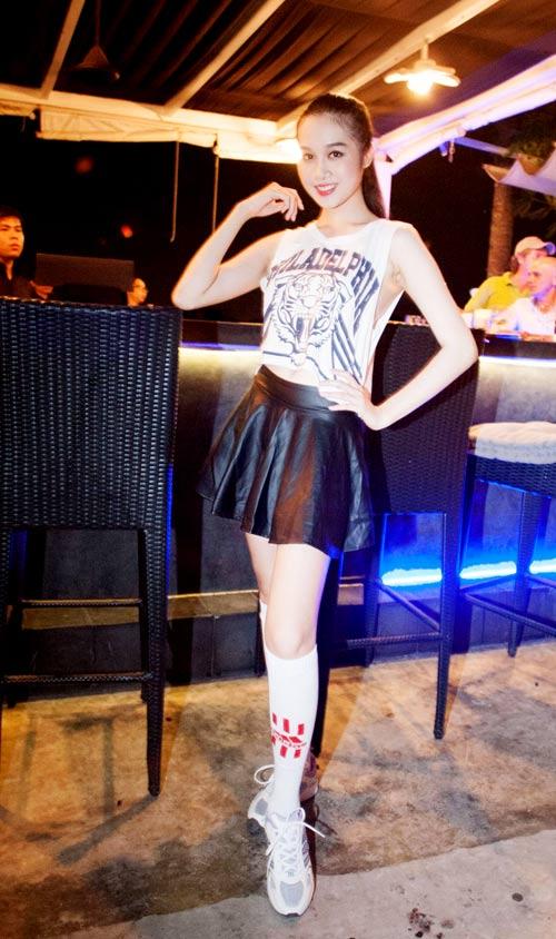 Chân dài Việt vào vai nữ cổ động viên gợi cảm - 7