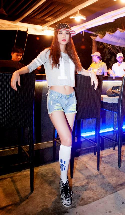 Chân dài Việt vào vai nữ cổ động viên gợi cảm - 1