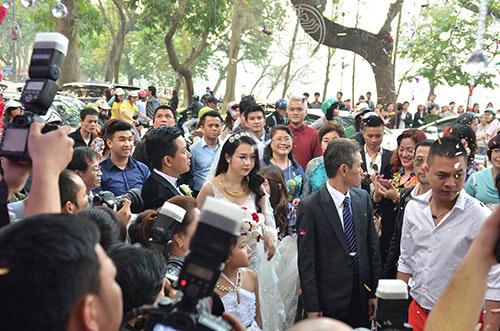 Xúc động nghe Tuấn Hưng hát tặng vợ trong lễ cưới - 15