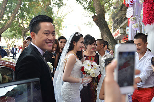 Xúc động nghe Tuấn Hưng hát tặng vợ trong lễ cưới - 19