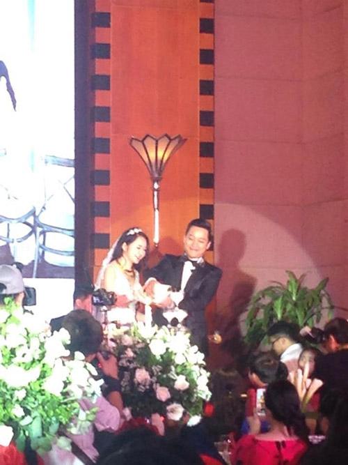 Xúc động nghe Tuấn Hưng hát tặng vợ trong lễ cưới - 6