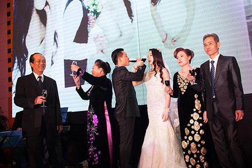 Xúc động nghe Tuấn Hưng hát tặng vợ trong lễ cưới - 2
