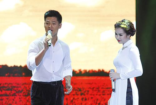 Văn Mai Hương, Lê Hiếu nắm tay tình tứ - 12