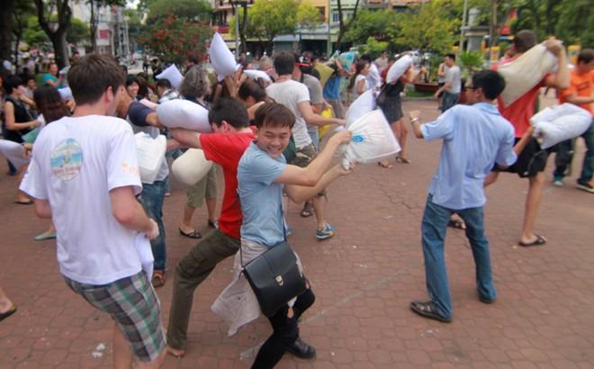 Giới trẻ Sài Gòn mang gối ra... đánh nhau - 5