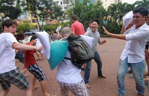 Giới trẻ Sài Gòn mang gối ra... đánh nhau - 6