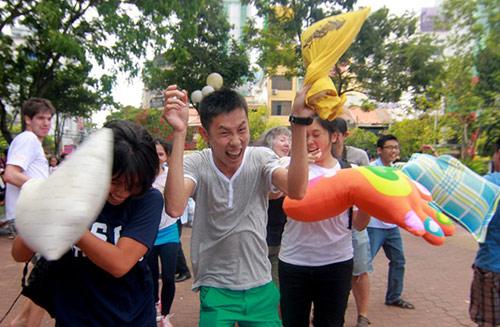 Giới trẻ Sài Gòn mang gối ra... đánh nhau - 7