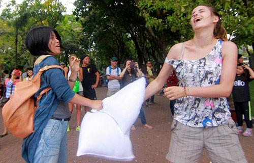 Giới trẻ Sài Gòn mang gối ra... đánh nhau - 8