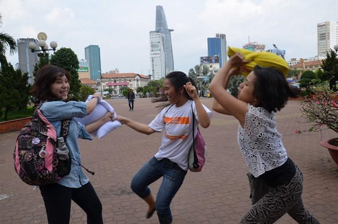 Giới trẻ Sài Gòn mang gối ra... đánh nhau - 9