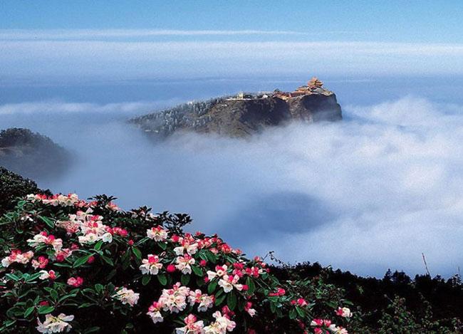 """1. Núi Nga Mi còn gọi là  """" Đại quang Minh sơn """"  nằm ở Trung Nam tỉnh Tứ Xuyên, thuộc miền Tây Trung Quốc. Đỉnh cao nhất của Nga Mi sơn là Vạn Phật, nằm trên ngọn núi chính Kim Đỉnh với độ cao 3.099 m."""