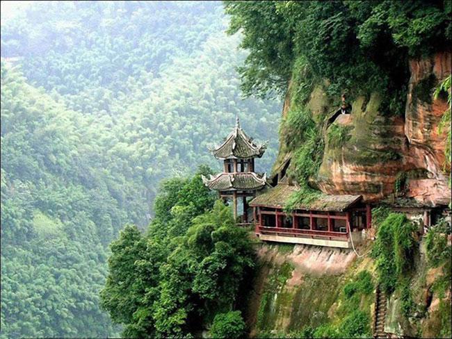Nga Mi cũng là ngọn núi có nhiều chùa miếu và là một trong Tứ đại Phật giáo danh sơn của Trung Hoa, bên cạnh núi Ngũ Đài, núi Cửu Hoa và núi Phổ Đà.