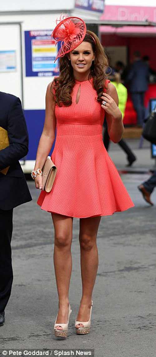Danielle Lloyd mất điểm vì sự cố váy áo - 1