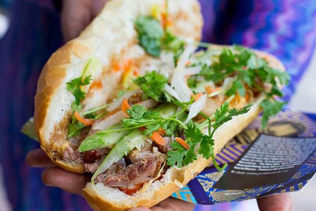 2. Bánh mì. & nbsp;Bánh mì Việt Nam là sự kết hợp của bánh mì Pháp và những thứ tuyệt vời khác. Chỉ cần thử một lần, bạn sẽ thấy các loại bánh khác thật nhàm chán.