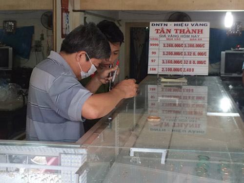 Trộm đột nhập tiệm, khoắng hàng trăm chỉ vàng - 2