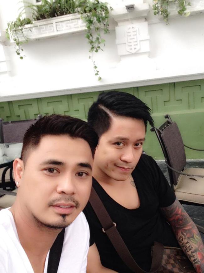Anh cùng những người bạn thân nhất đi chơi uống café. Hình ảnh một người bạn thân chia sẻ về Tuấn Hưng với điệu cười đào hoa.