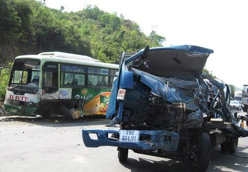 Xe buýt xe tải tông nhau, bốn người thương vong - 2