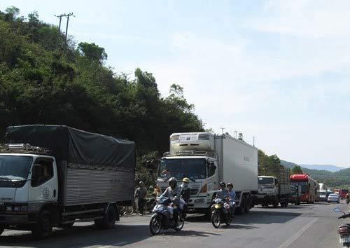 Xe buýt xe tải tông nhau, bốn người thương vong - 3