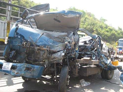 Xe buýt xe tải tông nhau, bốn người thương vong - 1