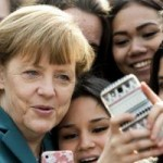 """Tin tức Sony - Ảnh ấn tượng: Thủ tướng Đức chụp ảnh """"tự sướng"""""""