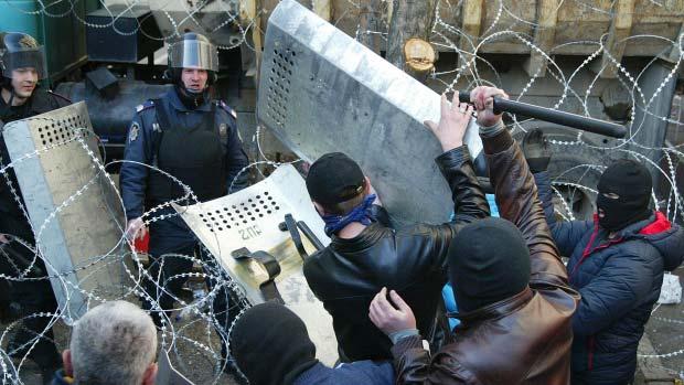 Lực lượng thân Nga chiếm tòa nhà chính quyền Donetsk - 2