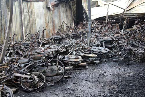 Cháy 300 xe máy: Chủ bãi xe không lo nổi tiền đền bù - 1
