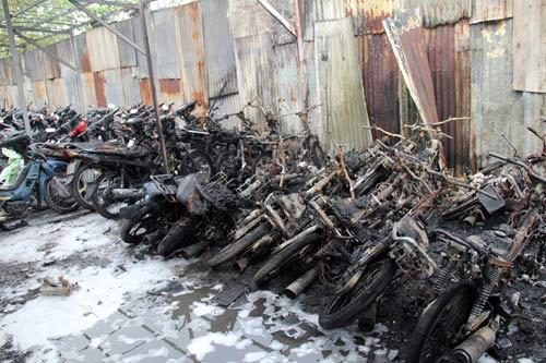 Cháy 300 xe máy: Chủ bãi xe không lo nổi tiền đền bù - 2