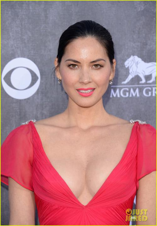 Sao nữ nô nức khoe ngực trên thảm đỏ ACM Awards - 2