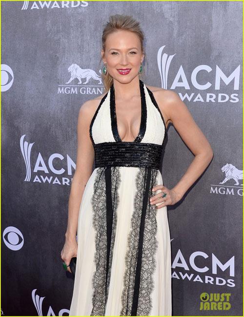 Sao nữ nô nức khoe ngực trên thảm đỏ ACM Awards - 4