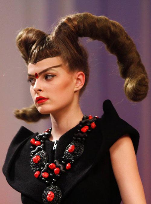 Những mẫu tóc gây sốc trên sàn diễn - 10