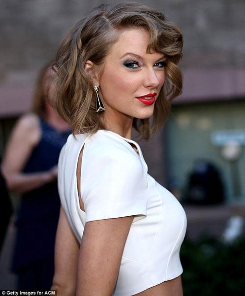 """Taylor Swift sexy """"đánh bại"""" đàn chị - 1"""