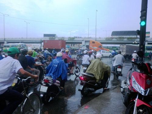 """Mưa chuyển mùa, dân Sài Gòn được """"giải nhiệt"""" - 1"""
