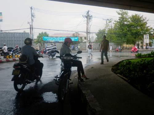 """Mưa chuyển mùa, dân Sài Gòn được """"giải nhiệt"""" - 2"""