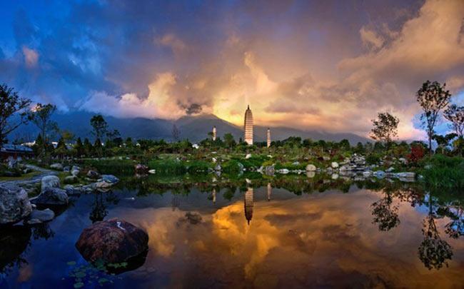 Một trong những danh thắng nổi tiếng khác của Đại Lý là Tam Tháp bên hồ Nhỉ Hải, cách thành cổ 1km về phía Bắc.