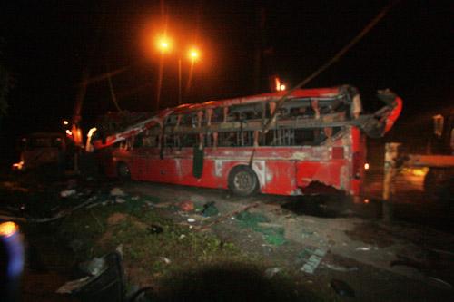 Xe khách lật nhào trên cao tốc, 13 người nhập viện - 1