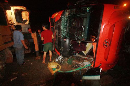 Xe khách lật nhào trên cao tốc, 13 người nhập viện - 2