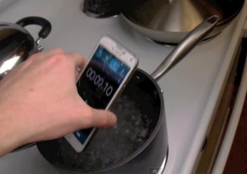 """Đun sôi Galaxy S5 trong 2 phút… vẫn """"sống"""" - 1"""