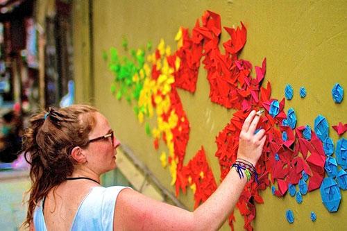 Cô gái đam mê nghệ thuật gấp giấy đường phố - 1