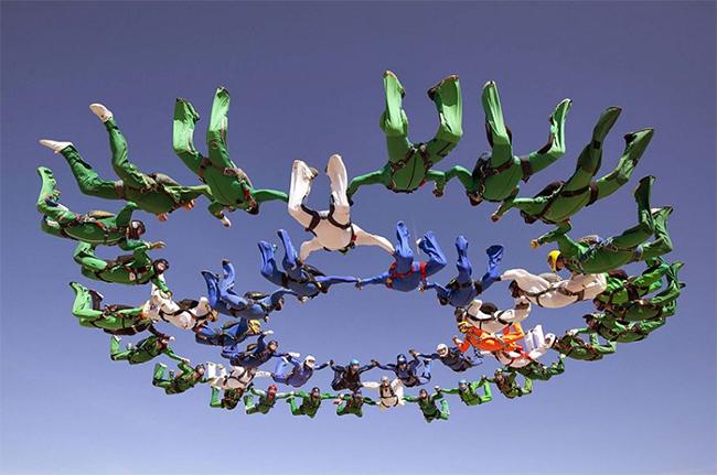222 vận động viên nhảy dù đã cố gắng xác lập kỉ lục thế giới số lượng người xếp hình trên bầu trời lớn nhất