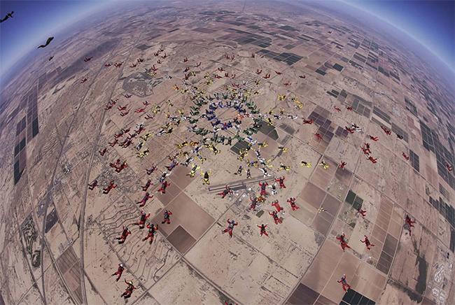 Nhóm các vận động viên nhảy dù này có tên World Team đến từ 28 quốc gia khác nhau