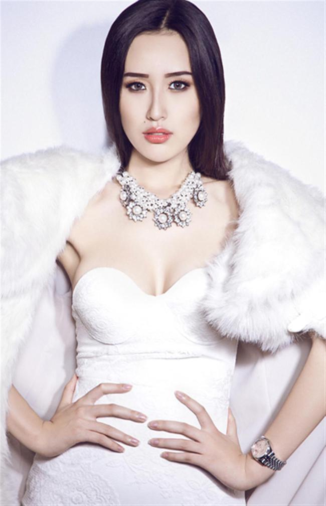 Không ai có thể phủ nhận một điều, & nbsp;Mai Phương Thúy đẹp hơn rất nhiều so với thời đăng quang Hoa hậu Việt Nam 2006. Theo đó, làn da của chân dài ngày càng trắng mịn màng bắt mắt, cộng hưởng vào đó là những trang phục hàng hiệu giúp Mai Phương Thúy luôn nổi bật