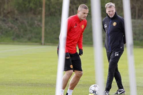 MU: Fellaini ngồi nhà, Rooney lên máy bay - 4